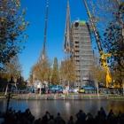 De torenspits wordt langzaam naar boven gehesen