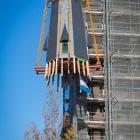 De torenspits wordt op de Laurentiuskerk gehesen