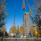 De torenspits bungelt gecontroleerd boven de kerk in Weesp
