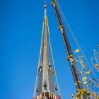 Nog even en de torenspits staat weer op de Laurentiuskerk Weesp