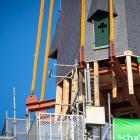 De torenspits staat weer op de Laurentiuskerk Weesp