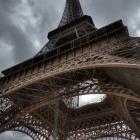 Schuin onder de Eiffeltoren