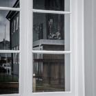 Weerspiegeling in venster in Stykkishólmur