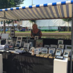 De kraam tijdens de Kunstmarkt van het Sluis- en Bruggenfeest
